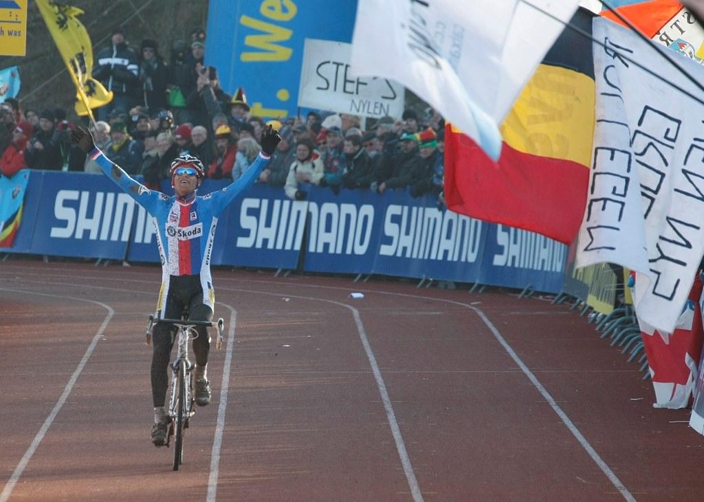 Zdeněk Štybar projíždí vítězně cílem MS v roce 2011. Foto: Patrick Verhoest.