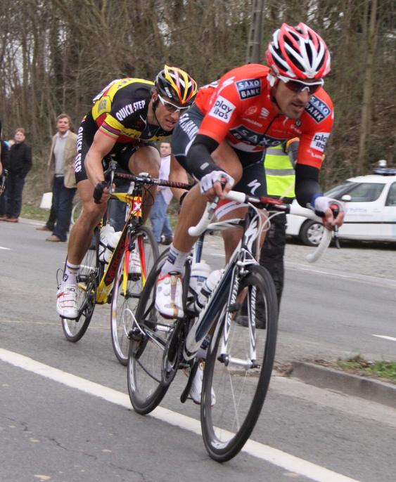 Cancellara udává tempo, uvisí Boonen visí? Nepřešvihl wattový výkon? Foto z E3 2010: Patrick Verhoest.