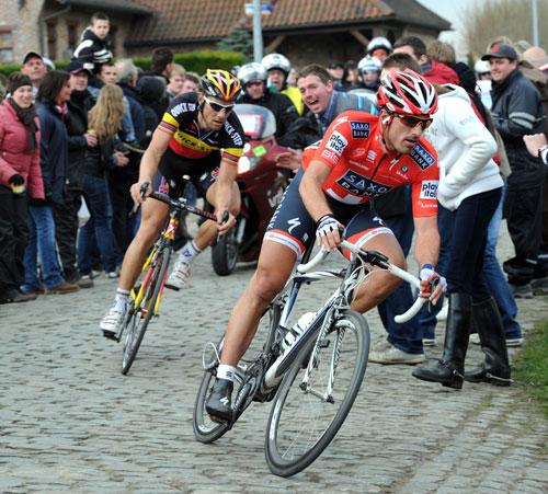 Fabiana Cancellaru marně naháněl Tom Boonen v závodě Okolo Flandech v roce 2010.