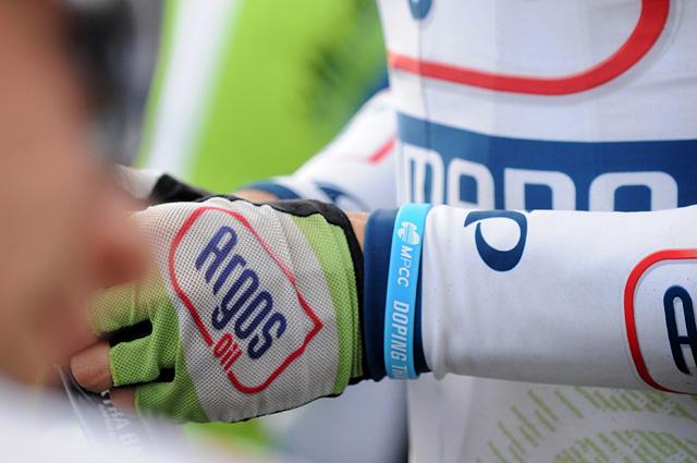 MPCC náramek na ruce závodníka týmu Argos Shimano.