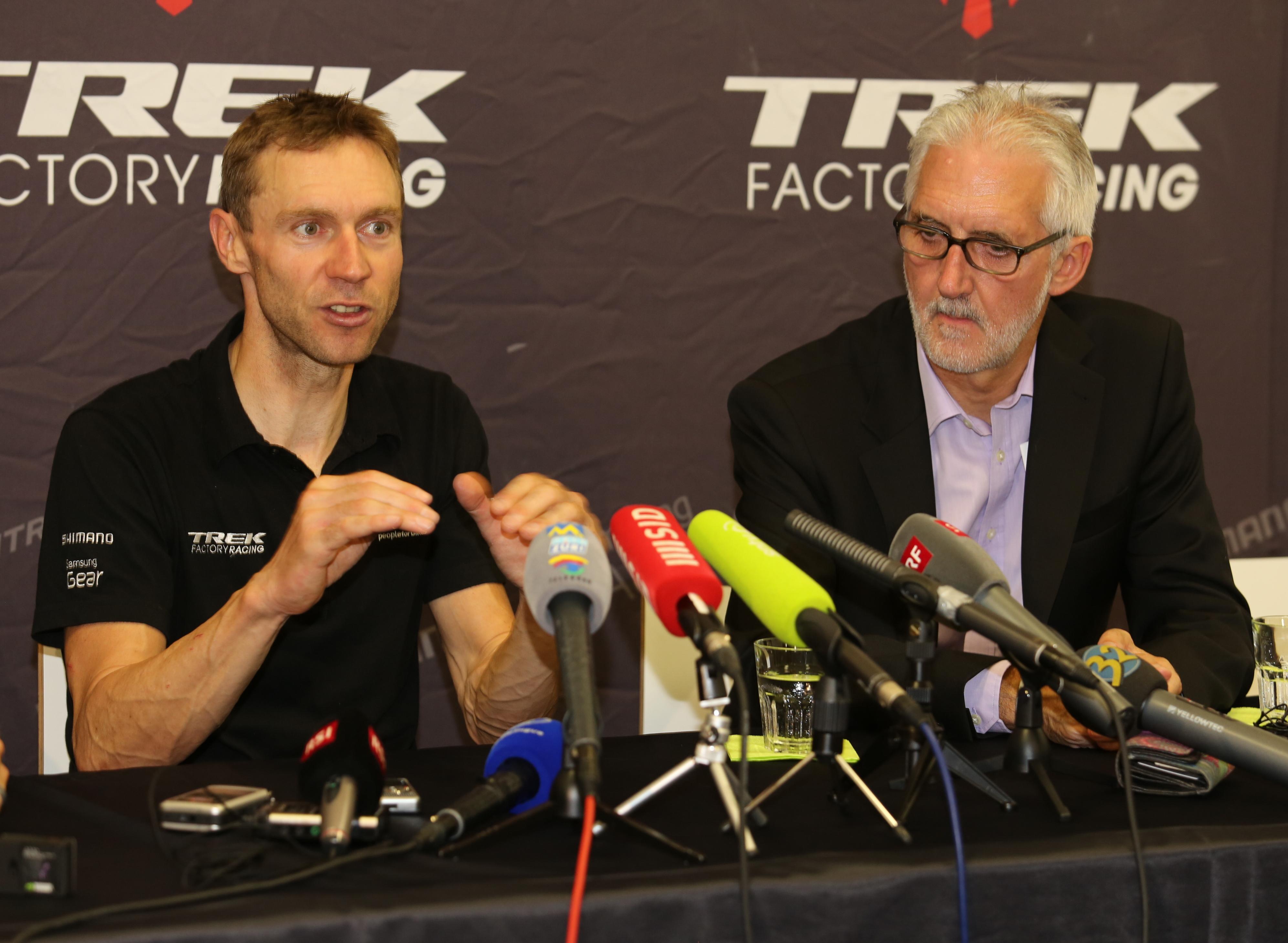 Jens Voigt a Brian Cookson.