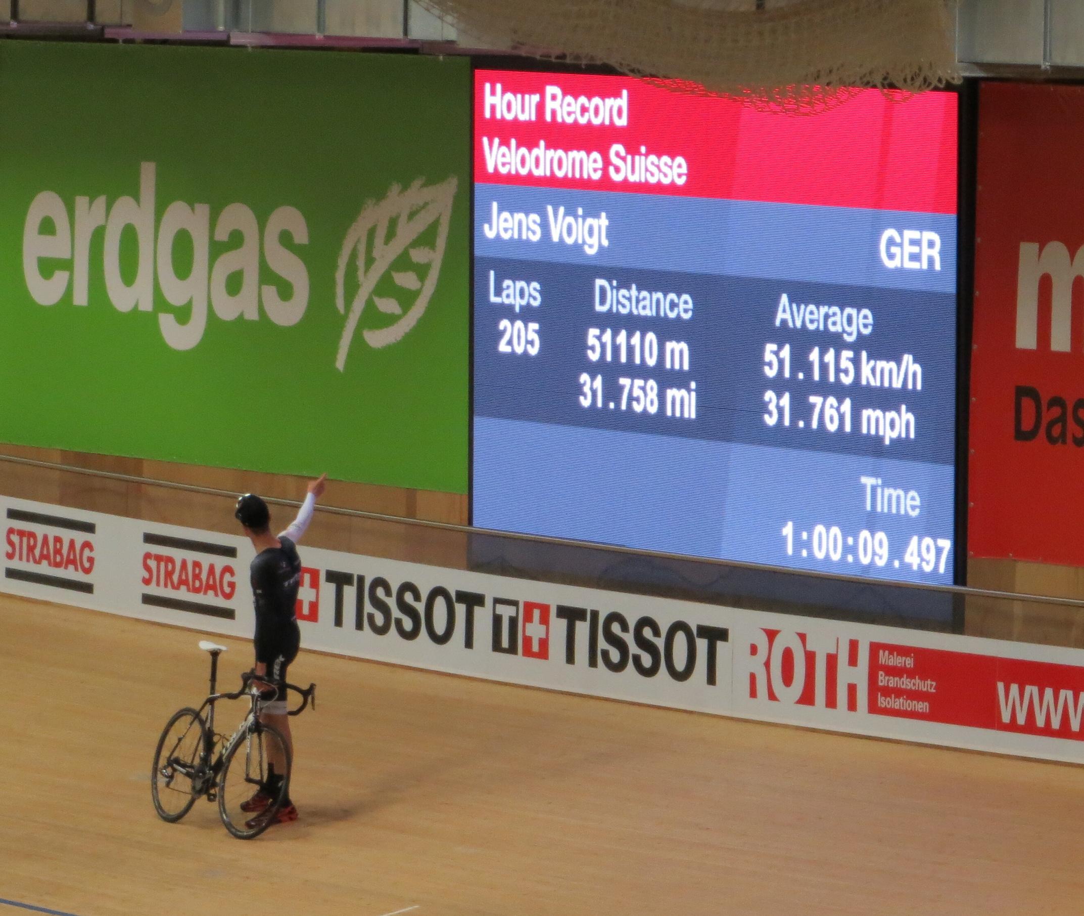 Jens Voigt ukazuje výsledek.