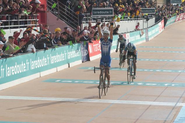 Boonen projíždí vítězně cílem na velodromu v Roubaix v roce 2005, Hincapie a Flecha na druhém a třetím místě.