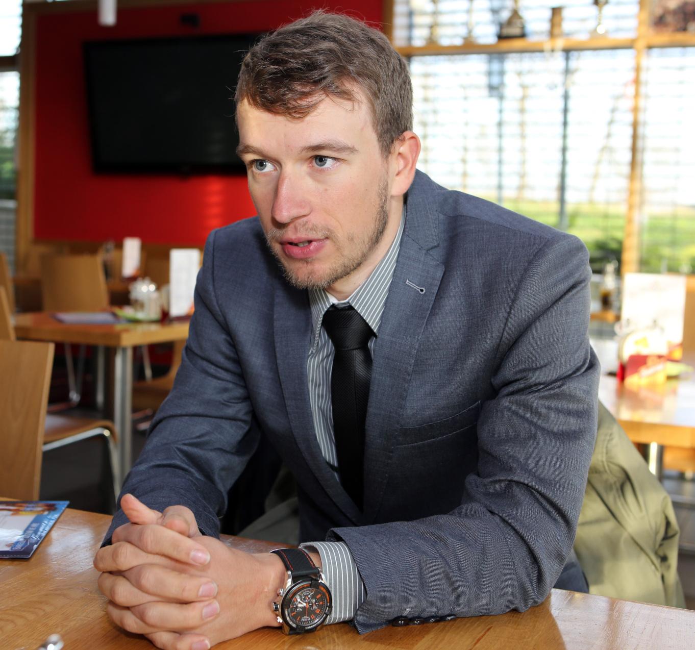 Leo König při rozhovoru pro PelotonSport a týdeník Téma.