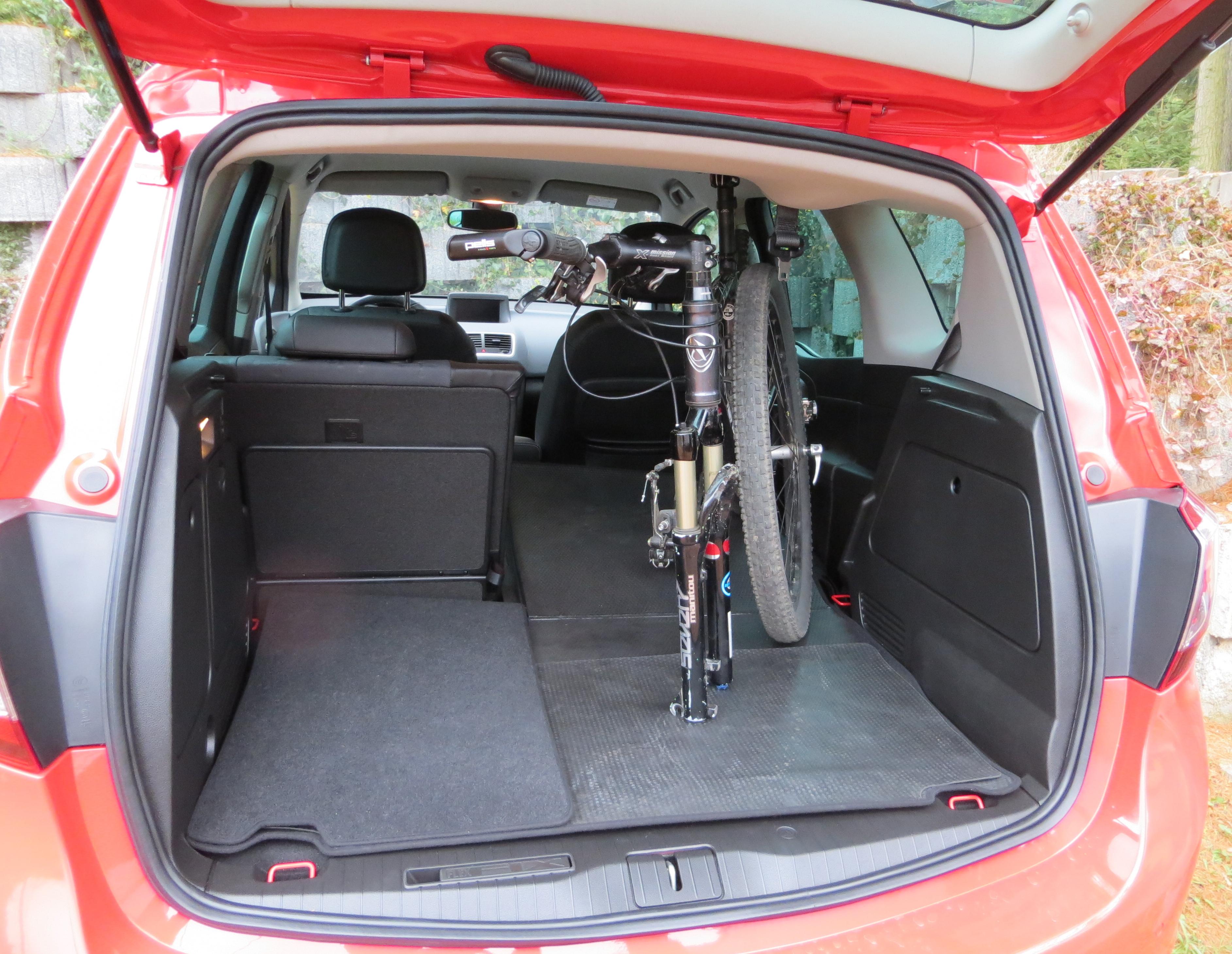 Interiér Merivy je mimořádně variabilní díky systému sklápění zadních sedadel do podlahy. Do kabiny se po snadné úpravě vejde dospělé kolo bez nutnosti vyjmout zadní kolo z rámu a ještě zbude spoustu dalšího místa k využití.