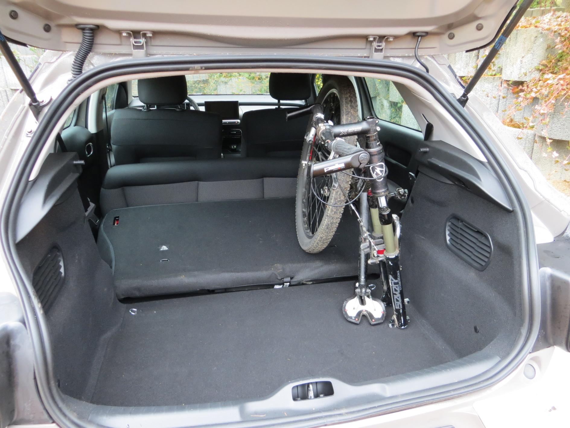 Kufr je prostorný, ale nepochopitelně chybí dělené zadní opěradlo.