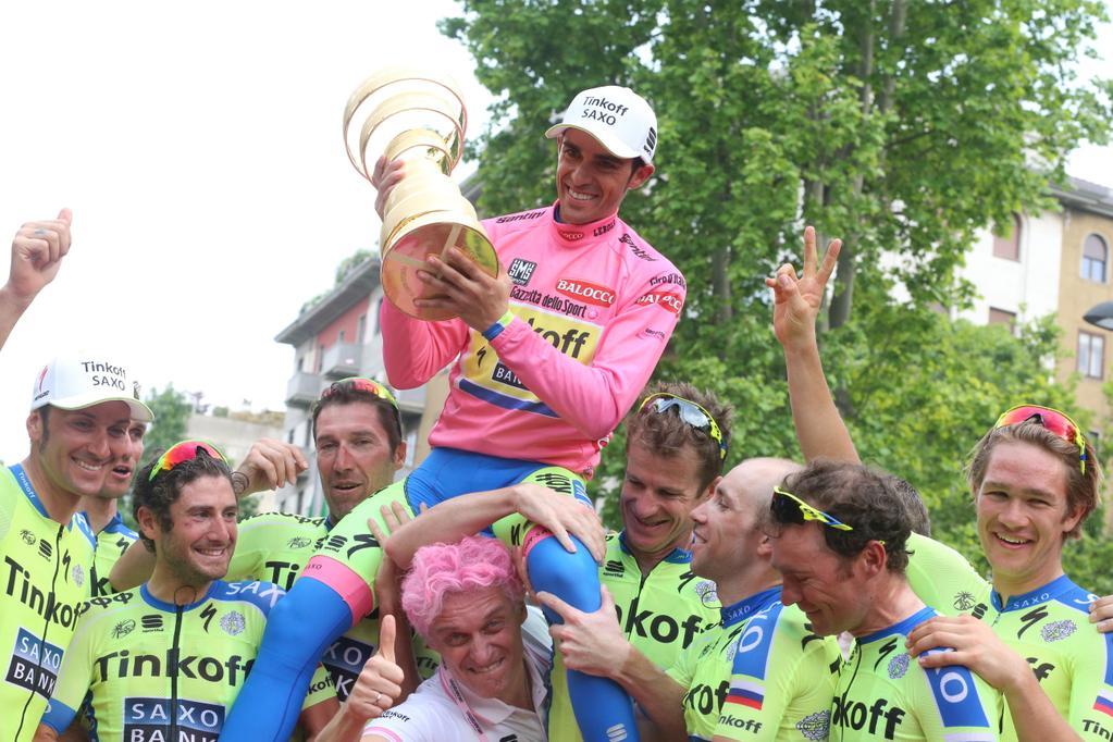 Alberto Contador s týmem a pohárem vítěze Gira.