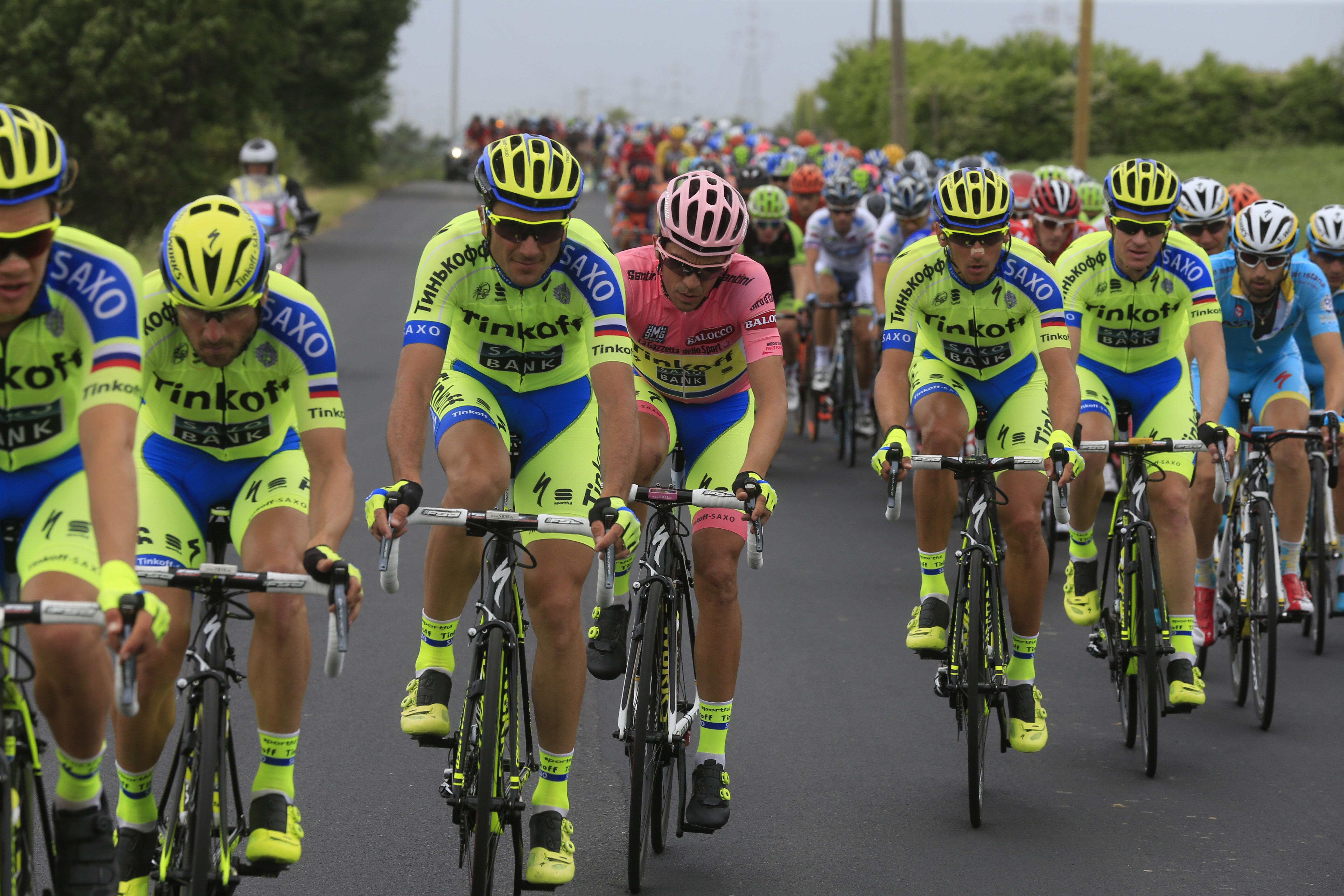 Alberto Contador obklopený týmovou ochranou.