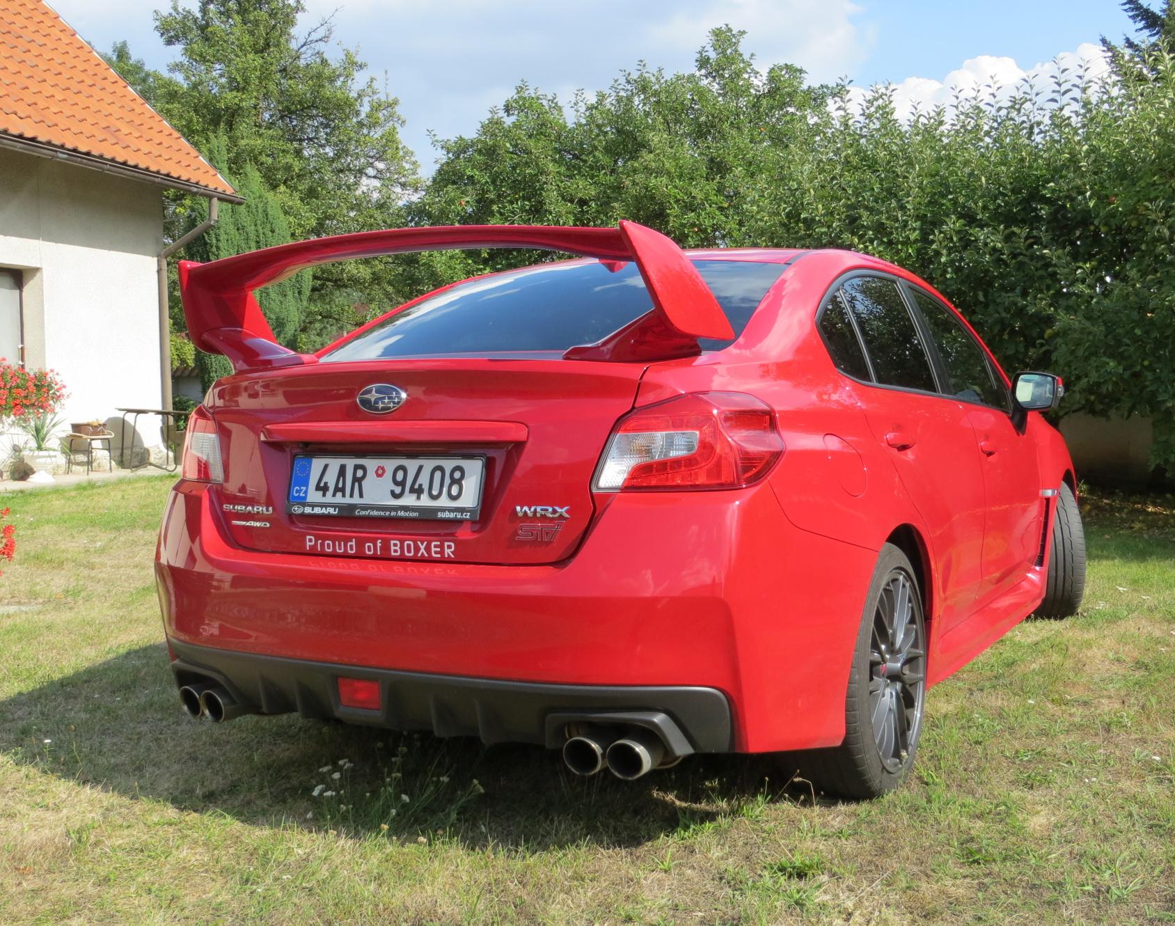 Subaru WRX STI zezadu.