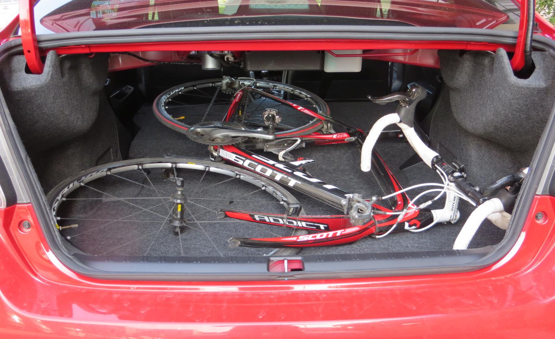 Silniční kolo v kufru Subaru.
