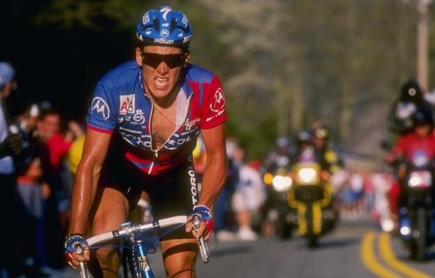 Lance Armstrong tentokrát už s helmou.