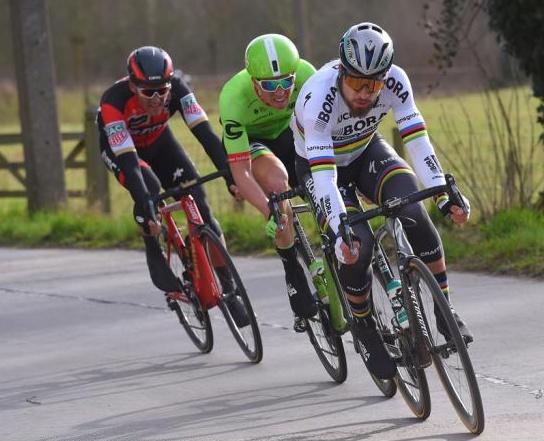 Peter Sagan, za ním v háku Sep Vanmarcke a Greg Van Avermaet.