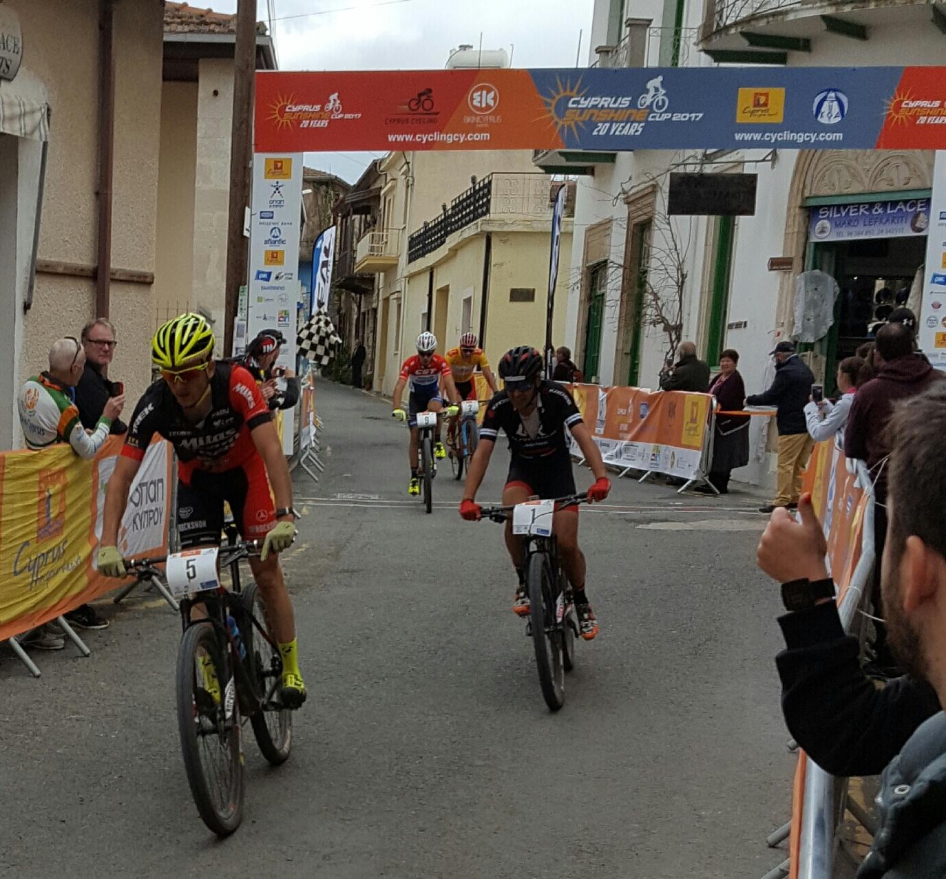 Jan Škarnitzl na čele skupinky bikerů v závěrečné etapě.