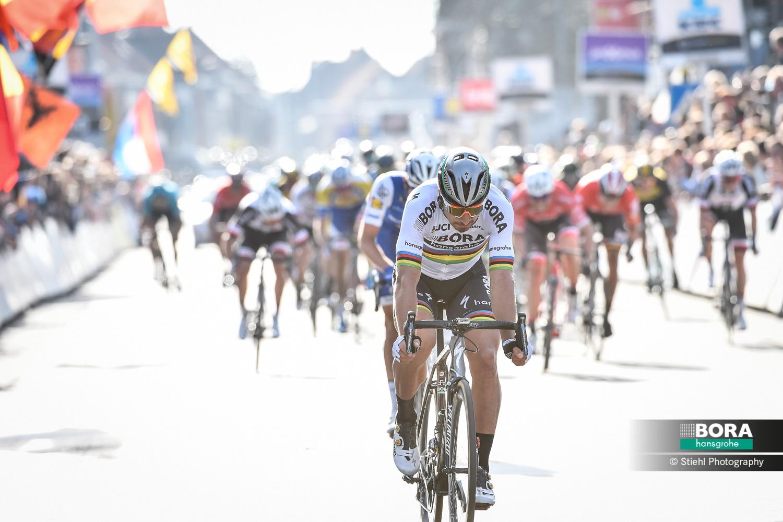Sagan spurtuje na třetím místě v klasice Gent-Wevelgem.