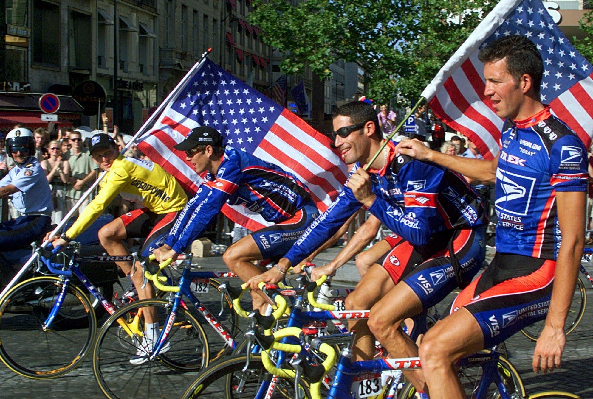 Lance Armstrong se svým týmem v Paříži.
