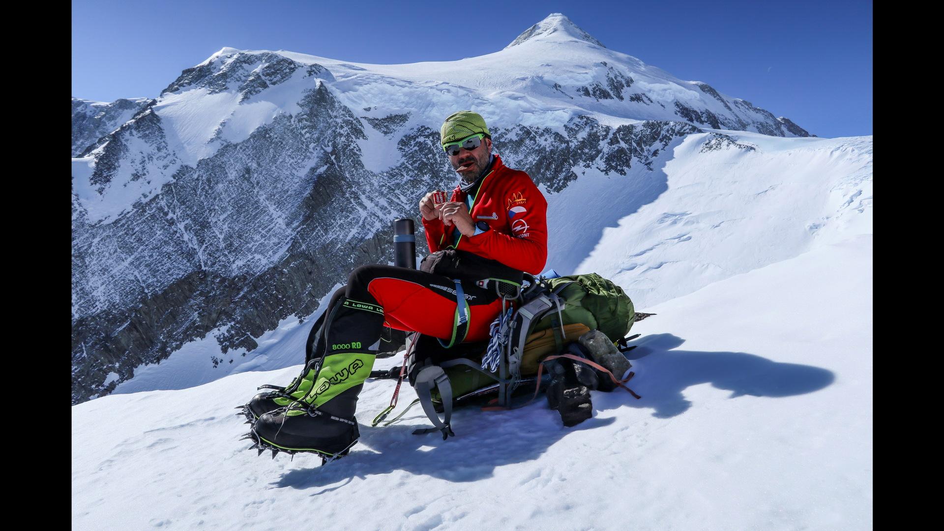 Chvíle odpočinku při výstupu na Mount Vinson.